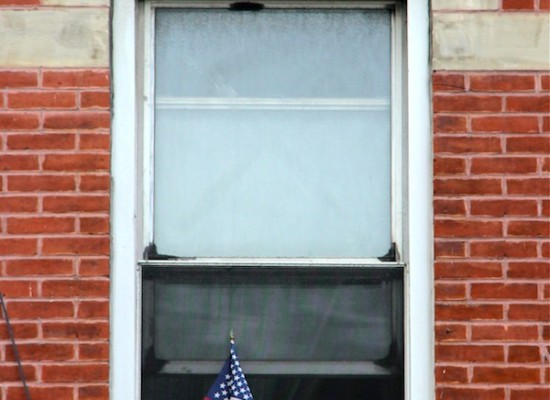 Une fenêtre un petit drapeau